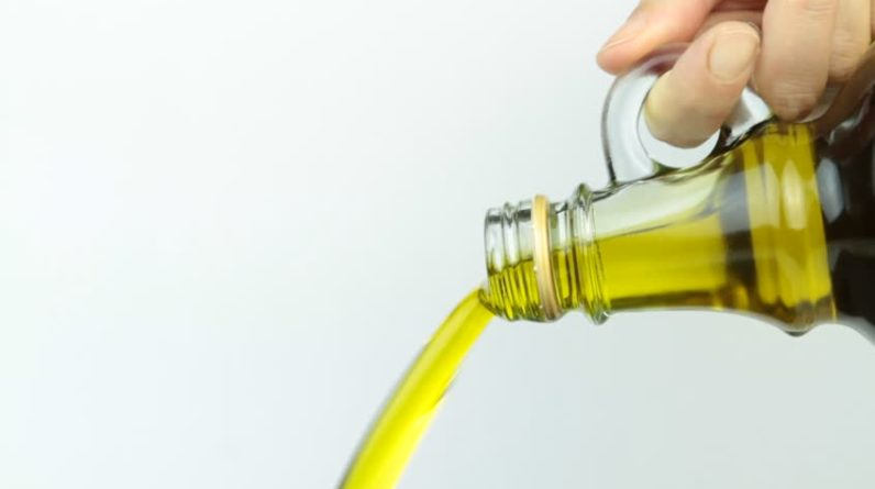 Comment enlever une tâche d'huile sur les vêtements ?