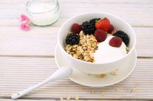 yaourt naturel avec des fruits