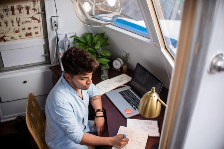 Trouvez un endroit pour travailler à la maison et faites-en votre nouveau bureau.