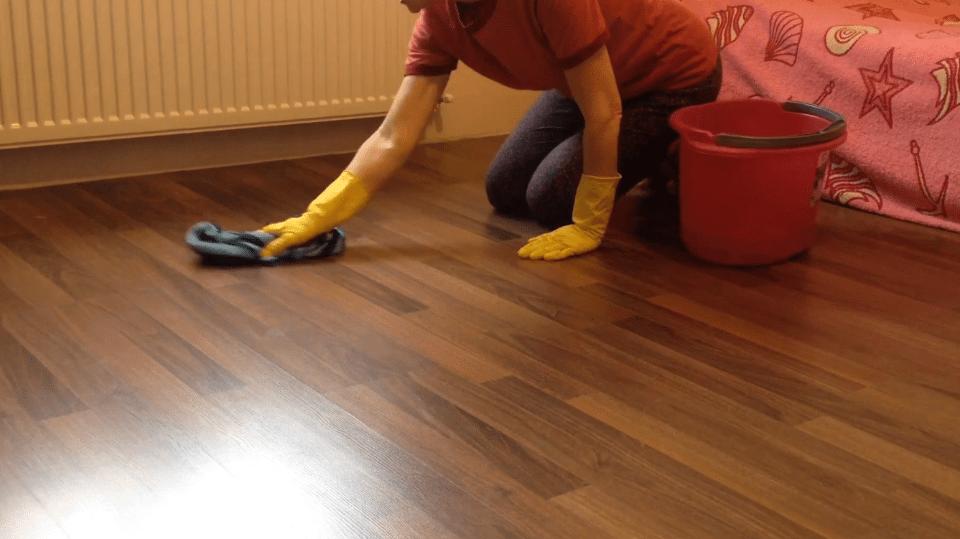 nettoyer les taches de bougie sur un sol stratifié
