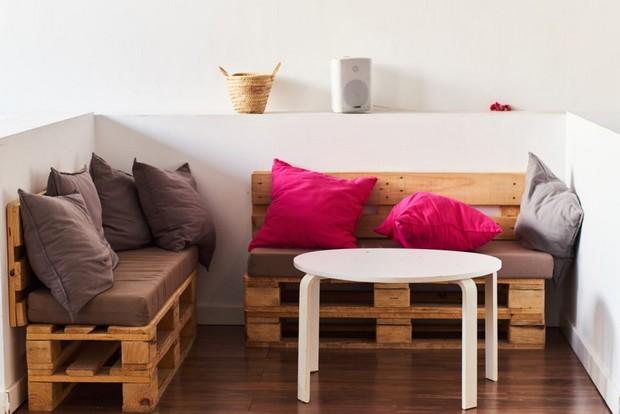 Canapés en bois avec coussins colorés
