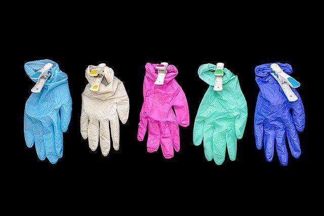 Comment enlever correctement les gants jetables