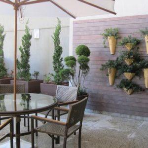 Mur végétal avec des pots