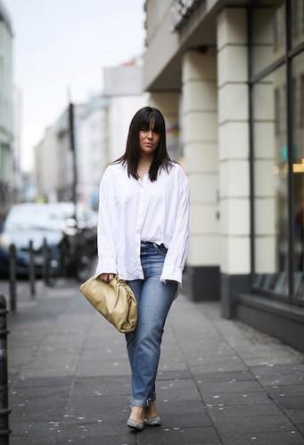 Avec un jean et une chemise