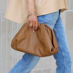 Le sac du moment? Il est super doux et signé par Bottega Veneta