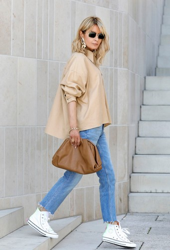 sac Bottega Veneta Avec un jean et des baskets