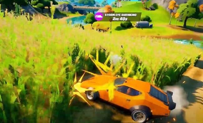 Conduire une voiture sur le champ de maïs au domaine du Fermier blindé
